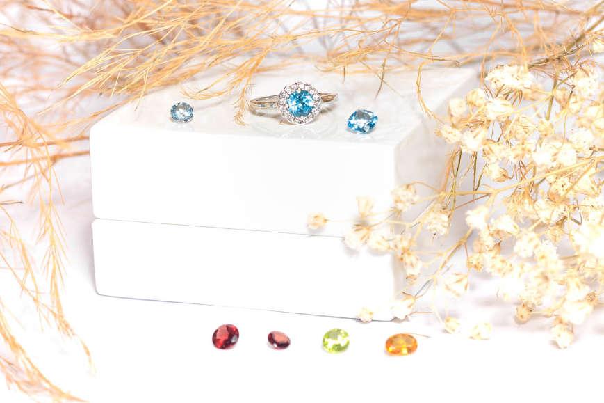 Bague et pierres de couleur